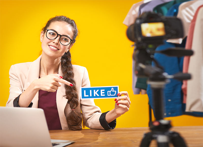 Social Media & Influencer Marketing: Mitarbeiter präsentieren als Markenbotschafter für Ihr Unternehmen Produkte und Dienstleistung. Foto: envato - seventyfourimages