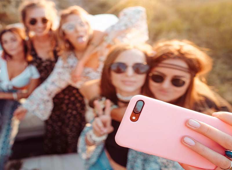 Der Markt an Influencer bietet eine große Auswahl. Aufgabe der Social Media Agentur ist es, je nach Anforderungen, Produkt und Zielgruppe die passenden Blogger und Influencer in die Social Media Kampagnen einzubinden.