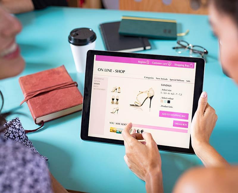 8 Trends im E-Commerce für eine Umsatzsteigerung im Onlineshop sorgen können. Gerade in der Adventszeit, Weihnachtszeit, zu Black Friday und vielen anderen beliebten Shoppingzeiten ist es wichtig, alle Hausaufgaben erledigt zu haben. Dann steht auch einer Umsatzsteigerung nichts mehr im Wege.